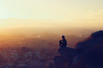 Introvertie, seul sur la montagne